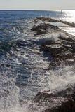 Manfiske på vågbrytaren med det grova havet Royaltyfria Bilder