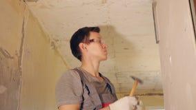Manfixandeplankan med spikar på väggen stock video
