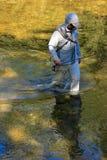 ManFluga-fiske i den guld- floden arkivfoton