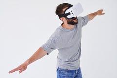 Manflyg med sträckta händer, som han använder VR-exponeringsglas Royaltyfri Fotografi