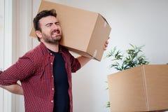 Manflyttningen boxas, och känna sig tillbaka smärta därför att tungvikten arkivfoto