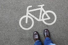 Manfolket cyklar trafik för cykel för grändbanaväg fotografering för bildbyråer