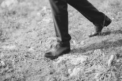 Manfot som skos i svarta skor Arkivfoto