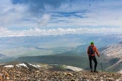 Manfotvandrare överst av ett berg Arkivfoton