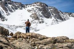 Manfotvandrare som förbiser monteringen Evans Summit - Colorado Royaltyfria Bilder