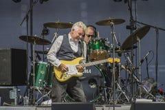 Manfred Mann Ziemski zespół, Mick Rogers bawić się gitarę obraz stock