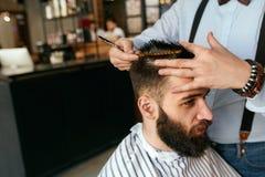 Manfrisyr Hår för Barber Cutting Man ` s i Barber Shop arkivbild