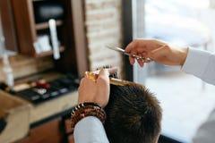 Manfrisyr Hår för Barber Cutting Man ` s i Barber Shop royaltyfri bild