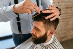 Manfrisyr Hår för Barber Cutting Man ` s i Barber Shop royaltyfri fotografi
