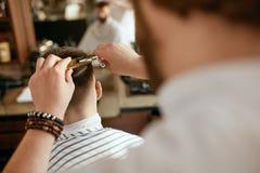 Manfrisyr Hår för Barber Cutting Man ` s i Barber Shop royaltyfria foton