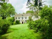 Mangårdsbyggnad till och med träden royaltyfri fotografi