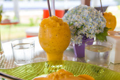 A manga com arroz pegajoso e o abacate congelado bebem Fotografia de Stock Royalty Free