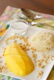 Manga com arroz pegajoso, sobremesa tailandesa. Fotos de Stock Royalty Free
