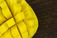 A manga cortou a vida tropical das vitaminas amarelas verdes vermelhas frescas maduras do cubo na madeira Fotos de Stock