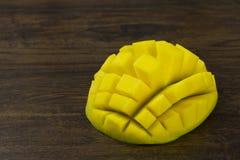 A manga cortou a vida tropical das vitaminas naturais amarelas verdes vermelhas frescas maduras do cubo na madeira Fotos de Stock Royalty Free