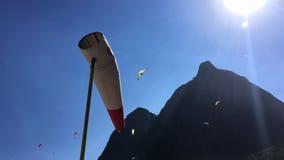 Manga de viento con las alas flexibles y los planeadores de caída Río