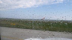 Manga de viento de mudanza de la manga de aire que muestra la dirección de viento Visión desde el avión a través de la ventana co almacen de metraje de vídeo
