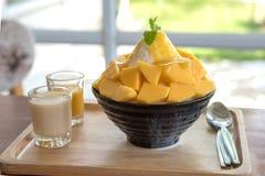 A manga do alimento de Bingsu Coreia serviu com leite condensado abrandado fotografia de stock