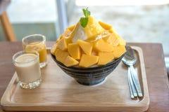 A manga do alimento de Bingsu Coreia serviu com leite condensado abrandado foto de stock royalty free