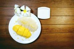 Manga e arroz pegajoso com leite de coco Foto de Stock