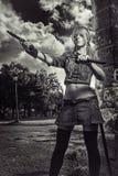 Manga flicka med vapen Royaltyfri Foto