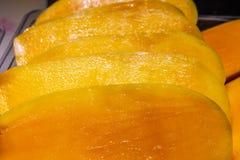 A manga fresca do corte frutifica no contador do mercado asiático foto de stock