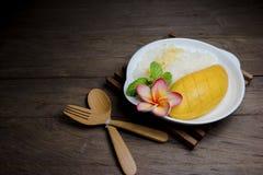 Manga madura com arroz pegajoso no fundo de madeira, ainda vida Imagem de Stock