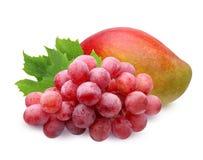 Manga madura e uvas isoladas no fundo branco Imagem de Stock Royalty Free