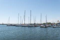 Mangalia, Constanta, Rumania - 7 de julio de 2017: barco anclado en el puerto civil de Mangalia en Rumania En el fondo hay t Fotografía de archivo