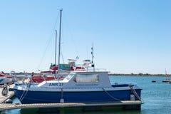 Mangalia, Constanta, Rumania - 7 de julio de 2017: Control del barco civil de la navegación anclado en el puerto de Mangalia en R Fotografía de archivo