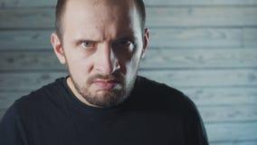 Mangalning med djävulskt ansiktsuttryck close upp arkivfilmer