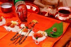 Mangalsutra poojan indiskt symbol av den hinduiska förbindelsen arkivfoton