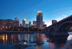 Manganèse de Minneapolis et lune du centre Photographie stock