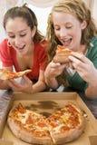 mangeant de la pizza de filles d'adolescent Photo stock