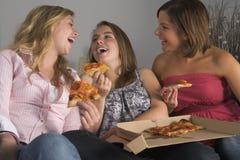 mangeant de la pizza de filles d'adolescent Photographie stock libre de droits