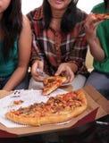 mangeant de la pizza ensemble Images stock