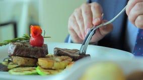Mangeant du bifteck de viande - dîner dans un restaurant clips vidéos