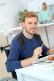 Mangeant l'amie de repas préparée Image stock