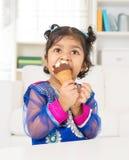 Mangeant la crème glacée à la maison images libres de droits