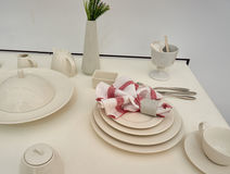 Mangeant le cerami réglé sur la table photo libre de droits