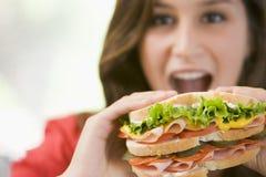 mangeant le sandwich à fille d'adolescent Photographie stock libre de droits