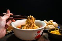mangeant le soi de khao, recette du nord en Thaïlande photo libre de droits