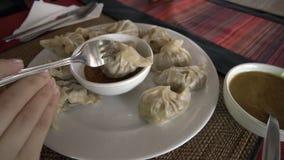 Mangeant Momo - plat traditionnel du Népal Cuisine authentique Nourriture asiatique banque de vidéos