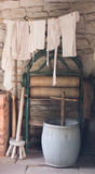 Mangel in der nostalgischen alten waschenden Szenenrekonstruktion Stockfotos