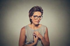 Mangel an Vertrauen Schüchterne junge Frau in den Gläsern fühlt sich ungeschickt lizenzfreie stockbilder