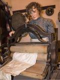 Mangeling kläderutställning för kvinna i museet i stadsmuseet i Lancaster England i mitten av staden arkivfoton