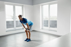 Mangenomkörareövningar Manlig modell Exercising Indoors för kondition Arkivfoto