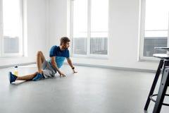 Mangenomkörareövningar Manlig modell Exercising Indoors för kondition Fotografering för Bildbyråer