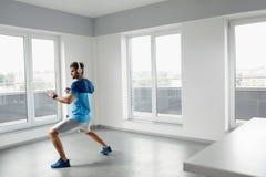 Mangenomkörareövningar Manlig modell Exercising Indoors för kondition Royaltyfri Foto