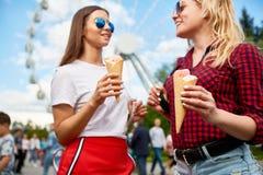 Manger de la glace en parc Photo stock